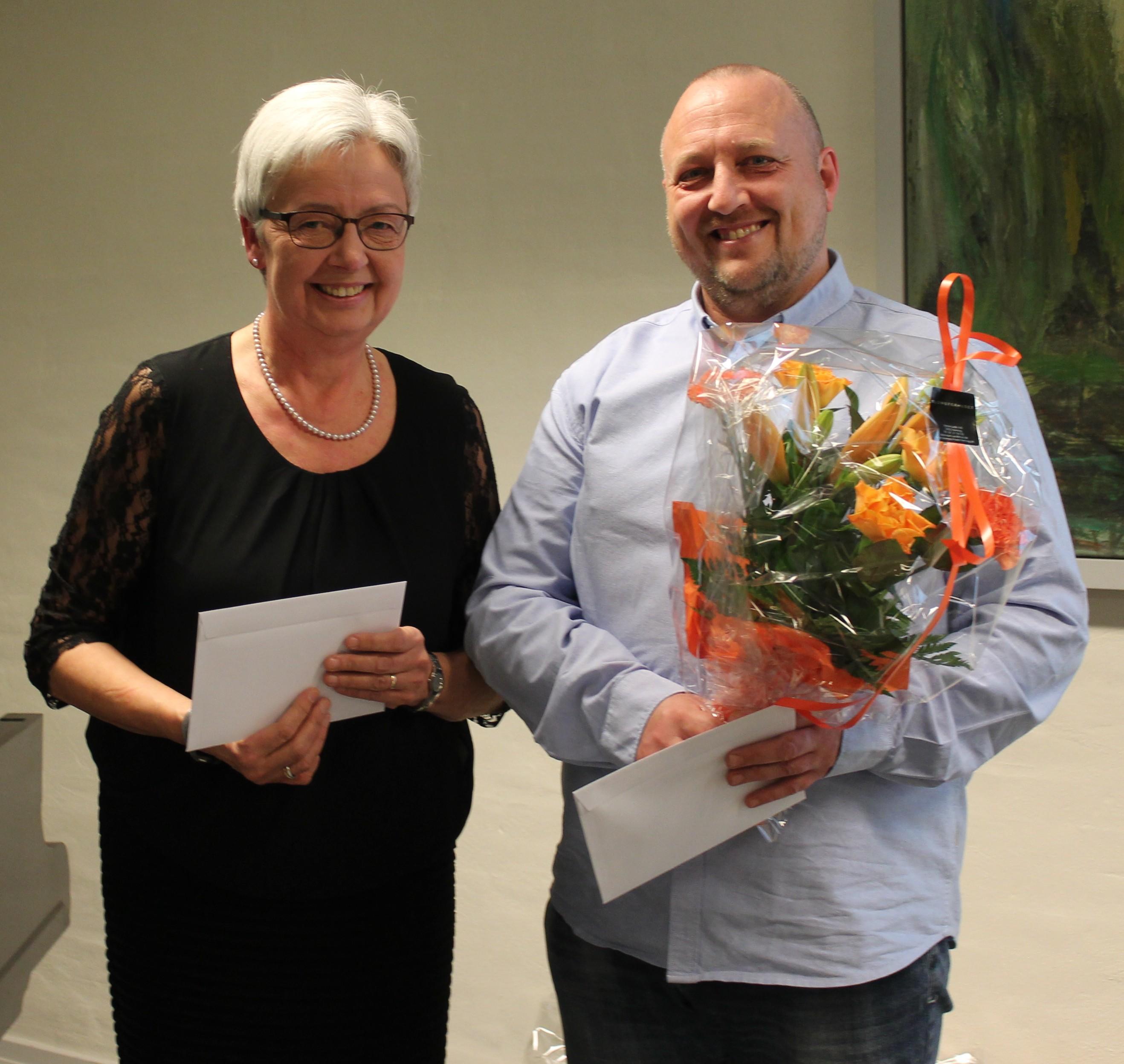 Formand for menighedsrådet Ane Marie Mortensen overvækker årets legat til Rene Pedersen.